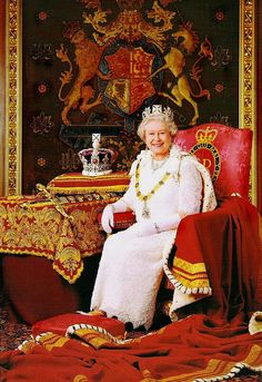Queen Elizabeth II wearing the George IV State Diadem. On display is [reconstructed] St Edwards' crown (Edward The Confessor) Hm The Queen, Royal Queen, Her Majesty The Queen, King Queen, Monnalisa Kids, Monarch Of The Glen, Papua Nova Guiné, Princesa Kate, Estilo Real