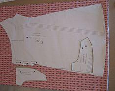 Werkbeschrijving damesjurk Louisemet reguliere geprinte stofBenodigdheden:Tricot of andere rekbare stof met elastanMaat34     1,80 meter                    36     1,85 meter38     1,85 meter40     1,95 meter42     1,95 meter44     1,95 meter46     1,95 meter48     2 meterPicotelastiek of andere sierelastiekMaat 34 tot en met 40: 3 meterMaat 42 tot en met 48: 3,5 meterBeginnenVoor het verwerken van tricotstoffen op de gewone…