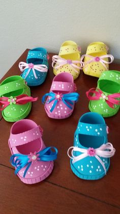 zapatitos de bebe pora dulces para el baby shower Realizado por Maritza Burgos Baby Doll Shoes, Baby Dolls, Moldes Para Baby Shower, Baby Shower Souvenirs, Baby Shawer, Baby Sewing Projects, Shoe Pattern, Baby Alive, Crafty Craft