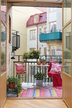 Kleiner Garten auf dem Balkon-Teppich mit Streifen-Dekokissen gemustert
