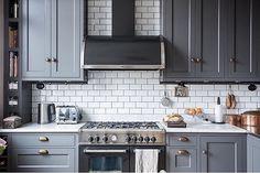 Tradition lackad i specialfärg Antracitgrå för att matcha spisen från Bertazzoni. Det vackra köket är levererat från Himle Kök. Tradition - Antracit - Grå - Fjäråskupan - Bertazzoni - Himle Kök - Kök - Kitchen - Klassiskt