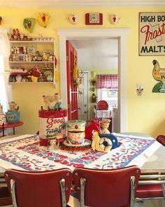 Vintage Room, Vintage Table, Vintage Decor, 50s Vintage, Vintage Tins, Retro Kitchen Decor, Cozy Kitchen, Kitchen Ideas, Retro Kitchens