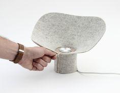 DITA lampe à poser en feutre par le studio Desormeaux Carrette