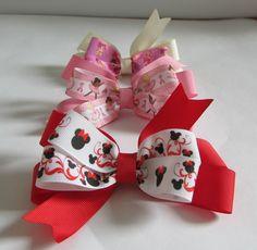 Kit com 3 laços de fita de gorgurão com fita estampada com os personagens de Minnie da Disney; Rapunzel e bailarinas. Os laços são presos em presilhas tipo bico de pato.