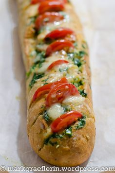 Quick after-work snack: wild garlic butter baguette with cock .- Schneller Feierabend-Snack: Bärlauchbutter Baguette mit Cocktailtomaten und Käse Quick after-work snack: wild garlic butter baguette with cocktail tomatoes and cheese Clean Eating Recipes For Dinner, Clean Eating Meal Plan, Clean Eating Breakfast, Clean Eating Snacks, Healthy Snacks, Goat Recipes, Vegetarian Recipes, Cooking Recipes, Pizza Snacks
