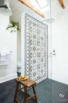 Le médaillé d'or olympique Adam Van Koeverden nous invite dans sa salle de bain de style « candinavien Bad Inspiration, Bathroom Inspiration, White Bathroom, Small Bathroom, Master Bathroom, Elegant Bathroom Decor, Spanish Bathroom, Spanish Style Bathrooms, Ikea Bathroom