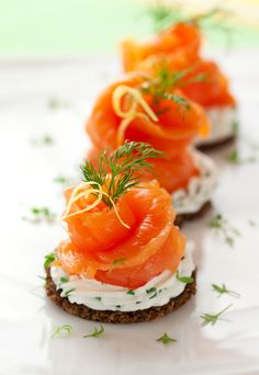27 Mouth-Watering Winter Wedding Appetizers: crackers with cream cheese, dill, parsley and smoked salmon for a fresh and tasty snack Canapes Recipes, Salmon Recipes, Appetizer Recipes, Canapes Ideas, Gourmet Appetizers, Simple Appetizers, Seafood Appetizers, Cheese Appetizers, Recipes Dinner