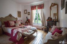 Tête de lit rocaille Louis XV chinée chez 'Emmaüs', bout de lit 'AM.PM.' en hêtre capitonné de lin