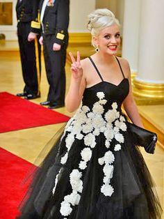 Haloo Helsinki -yhtyeen solisti Elli edusti tyylilleen uskollisessa iltapuvussa. Puvun oli suunnitellut Muotikuun Jaana Varkki-Terho