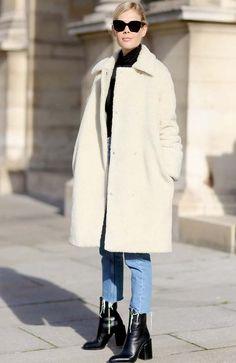 look calça jeans cropped e casaco branco