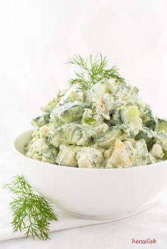 Salat Rezepte, Avocado Rezepte: Rezept für eine Sommersalat mit Gurke, Avocado, Feta und Dill. Low Carb und vegetarisch kann richtig lecker sein! #salat #avocado #lowcarb #vegetarisch #gurke #beilage #buffet #käse #rezepte