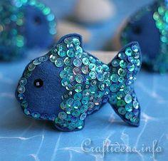 Broche de fieltro con forma de pez y adornado con lentejuelas