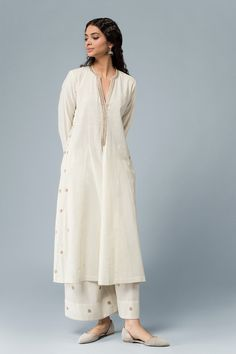 seeratafreen-malkha-cotton-kurta Salwar Designs, Kurta Designs Women, Indian Attire, Indian Wear, Pakistani Outfits, Indian Outfits, Trajes Pakistani, Kurta Patterns, Indian Designer Wear