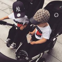 Suivez pour plus! Cute Baby Twins, Twin Baby Boys, Cute Little Baby, Baby Kids, Baby Baby, Cute Baby Pictures, Baby Photos, Baby Boy Fashion, Kids Fashion