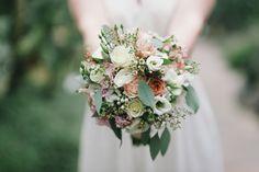 Romantik in Pastelltönen. Ein Brautstrauß mit Eucalyptus und sommerlichen Rosen. (Blumen: @wildflowerstgt / Foto: http://blog.melanie-metz.de)