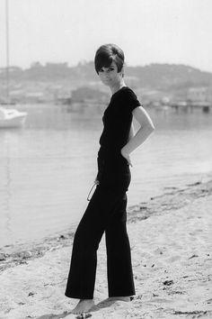 """La actriz Audrey Hepburn fotografiado por Pierluigi Praturlon en la Costa Azul (Côte d'Azur), durante el rodaje de """"Two for the Road"""", en junio de 1966.  -Audrey llevaba Hermès pantalones de marinero (de la colección para la primavera / verano de 1965)."""