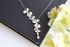 1 Adet Yeni Moda Zarif Orkide Çiçek Kolye Altın Gümüş Kaplama Çiçek Kolye Charm Takı Kadınlar Için Elbise Aksesuarları Hediye