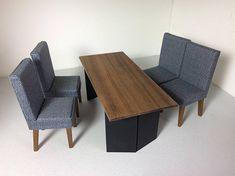 Maison de poupée moderne salle à manger ensemble. Se compose d'une table à manger avec table en noyer huilé haut avec les jambes en noirs larges, angles un 4 chaises recouvert de tissu en tissu imprimé gris avec les jambes en noyer huilé en forme. La table est de 15cm de large, 6,7 cm