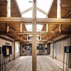 在农舍展览馆中暴露密集的木结构梁柱,它们本身就像是空间里的大型雕塑,展示着农舍朴素的建造智慧。