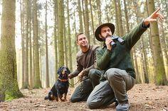 Mit einem Jagdschein ist in den meisten deutschen Waldgebieten das Jagen auch mit Wärmebildkameras erlaubt. Nur zu gesetzlich vorgeschriebenen Schonzeiten ist das Jagen von Wild verboten. Rehe, Wildschweine und andere Beutetiere dürfen dann nicht geschossen werden, wenn sie ihre Jungen aufziehen.    #Freizeit #Hobby #Sport Couple Photos, Sports, Hound Dog, Wild Boar, Wild Animals, Boys, Pictures, Couple Shots, Hs Sports
