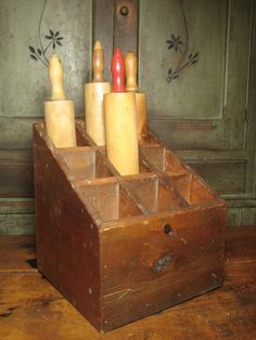 "Wonderful Old Wooden Vintage Rolling Pin Display- uh oh. I see this and think "" well now I have to collect some rolling pins"" Primitive Kitchen, Primitive Antiques, Wooden Kitchen, Vintage Kitchen, Kitchen Utensils List, Kitchen Tips, Rolling Pin Display, Objets Antiques, Love Vintage"