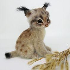 Маленькая рысёна. Прям девочка- девочка получилась, назвала её Касси. Касси при доме. Sold. #рысь #котенок #сухоеваляние #авторскаяработа #игрушкиизшерсти #коллекционнаяигрушка #feltingwool #felz