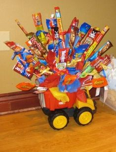 Cheap and Easy Birthday Gifts for Boyfriends - DIY Candy Bouquets Candy Boquets, Candy Bar Bouquet, Gift Bouquet, Candy Arrangements, Candy Centerpieces, Homemade Gifts, Diy Gifts, Candy Gift Baskets, Raffle Baskets