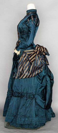 ca navy silk satin, bodice & bustle skirt trimmed w/ navy & copper striped ribbon Augusta Auctions 1880s Fashion, Edwardian Fashion, Vintage Fashion, Victorian Gown, Victorian Costume, Victorian Gothic, Gothic Lolita, Antique Clothing, Historical Clothing