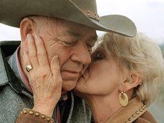Love Couples Âgés, Vieux Couples, Older Couples, Couples In Love, Older Couple Poses, Couple Photoshoot Poses, Older Couple Photography, Family Photography, Old Married Couple