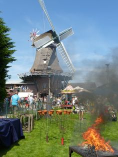 Auf dem Mühlenfest in Logabirum in Leer - hier wird geschmiedet, gebacken und und es gibt eine Menge zu sehen!