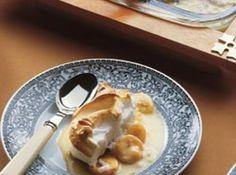 Receita de Pavê cremoso de banana - • 3 xícaras (chá) de leite, • 1/3 de xícara (chá) de maisena, • 1 xícara (chá) de açúcar, • 3 ovos (claras e gemas separadas), • 100 g de biscoito Maria, • 3 bananas-prata maduras cortadas em rodelas