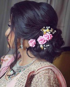 Pre-Wedding Hairstyles for Mehndi Haldi or more functions! wedding and engagement hairstyles 2019 wedding and engagement hairstyles frizzy curls Bridal Hairstyle Indian Wedding, Indian Wedding Hairstyles, Hair Wedding, Wedding Engagement, Party Wedding, Bridal Hairdo, Wedding Season, Wedding Ideas, Saree Hairstyles
