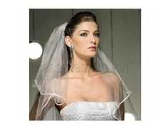 Penteado de noiva com véu e uma delicada tiara