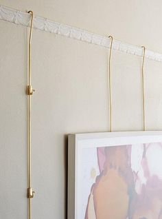 Using an old-school picture-rail molding is a versatile, ingenious idea for hanging art. Diy Picture Rail, Picture Rail Hanging, Picture Rail Molding, Hanging Pictures, Hanging Artwork, Art Hanging System, Old School Pictures, Art Mur, Shape Pictures