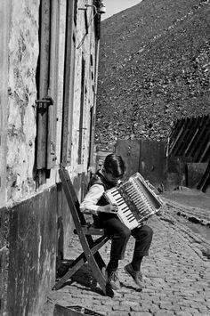 Charleroi, belgium, 1957 photo by leonard freed/magnum photos Free Photography, Vintage Photography, Black White Photos, Black And White Photography, Charleroi Belgium, Old Photos, Vintage Photos, Leonard Freed, Piano Art