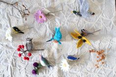 【手紙舎 2nd STORY】 フェルト作家・千種さんより、秋冬の鳥のブローチが届きました!手触り柔らかな花や木の実、そしてつぶらな瞳の小鳥たちが、お召し物を上品に彩ってくれます。思わず手にとってその温もりを確かめたくなりますね。