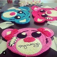 Hora do almoço!  Quem tem dificuldade de por as crianças à mesa para comer?! Essa é uma #dica legal. Com esses #sousplat as crianças vão adorar ficar a mesa.  From @smyrna_orgu #inspiration #inspiração #new #criativo #crianças #kids #crochet #craft #artesanato #diy #horadolanche #crochê #fiosdemalha #façavocêmesmo #almoço