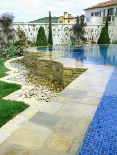 Der Pool Im Garten Sorgt Für Erfrischung In Den Heißen Tagen. Das  Schwimmbecken Im Haus Kann Erfolgreich Das Fitnesstudio Ersetzen.