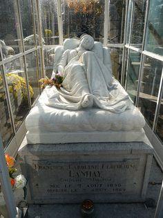 Cimetière de Robermont à Liège, tombe de Françoise Lanhay (1846-1864), sculpture en marbre de Jean-Joseph Halleux