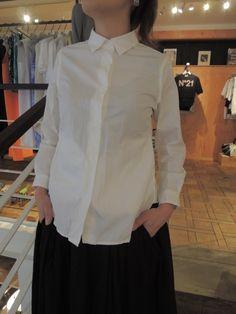DRESS : L'isola blogCOMFORT SHIRT(コンフォートシャツ)¥17,850- 10年前から定番で作り続けている、YAECAの拘りがつまった、人気のアイテムです。YAECA(ヤエカ) コンフォートシャツ カラー:ブルーストライプ、ホワイト サイズ:S、M  オリジナルファブリックの質感がすばらしい一着。  ボタンは小さく白いスナップボタンを使用。 プチッと留めたり、外したりするのが、なんともかわいいんです。 両腰あたりには縦にスラッシュポケットが付いていますが、 これはパッと見た感じあまり目立たないので、言われないと皆さん気が付かないかも。 でもさりげなくて、何だか嬉しいポイントなんですよね。  どんなボトムにも好相性ですが、少し太めのテーパードデニムなどと合わせると雰囲気抜群です♪