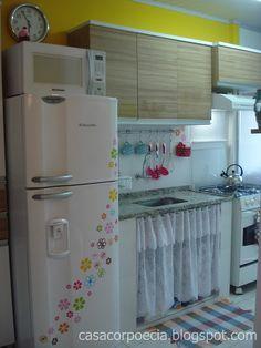 Minha cozinha: pequena, enfeitada, amarela!