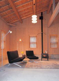 母屋リビング。房総の冬は暖かく、薪ストーブ1台でOK。土間は冬でも寒くありません。Living0519_02