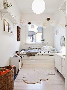 自分の手でチェストを使ってベッドにするという画期的アイデア。チェストを2つ並べて、上にマットレスを乗せて、ベッドを作っている