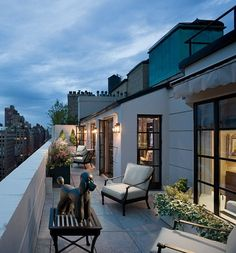 (via Architectural Digest: Traditional Outdoor Space by CAD International) Designer Charles Allem decorated the terrace of a Manhattan penthouse overlooking Park Avenue. The poodle. Architectural Digest, Outdoor Rooms, Indoor Outdoor, Outdoor Living, Outdoor Decor, Winter Balkon, Estilo Colonial, Terrasse Design, Art Deco