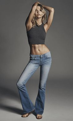Photography Poses : – Picture : – Description Karlie Kloss Flashes Rock-Hard Abs in New Express Denim Campaign—See the Pics! Karlie Kloss, Express -Read More – Foto Fashion, Fashion Tv, Denim Fashion, Latex Fashion, Fashion 2020, High Fashion, Fashion Trends, Sexy Jeans, Photography Poses
