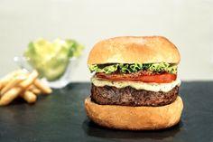 Le Bacon burger : pain, steak haché, bacon, sauce, tomate et laitue. Un régal pour les papilles ! Le tout accompagné de frites évidemment ;)
