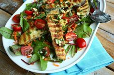 Een heerlijke paleo lunch of lichte avondmaaltijd. Deze salade met gebakken aubergine wordt extra lekker door de dressing met amandelen en citroen.