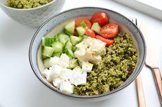 Laat de feta weg voor een lekkere vegan lunch salade. Rauwe broccoli & pecan bowl.