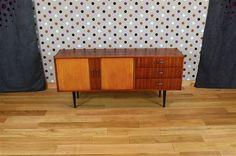 Enfilade Design Vintage Rétro en Acajou Année 1960 Elle ouvre par 2 portes et 3 tiroirs. L'enfilade est bon état avec des petites traces d'usage. Dimensions: Longueur 163 cm / Hauteur 73 cm / Profondeur 43 cm. Référence:A1922