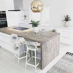 Belle association du blanc & du #bois avec un plan de travail prolongé en #table haute www.mode-and-deco.com #deco